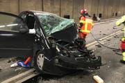 Aus dem komplett demolierten Auto mussten die Rettungskräfte den Fahrer und vier weitere Insassen bergen. (Bild: Kantonspolizei Uri (Göschenen, 13. Dezember 2017))