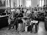 Die Hauptangeklagten am SKA-Texon-Prozess in Chiasso (v. l.): Elbio Gada, Ernst Kuhrmeier, Claudio Laffranchi und Alfredo Noseda sitzen in der ersten Reihe im Gemeinderatssaal von Chiasso, der als Gerichtssaal diente. (Bild: Karl Mathis/Keystone (28. Mai 1979))