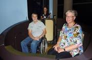Die Präsidentin des BBL Barbara Schwegler Peyer (rechts) und BBL-Geschäftsführer Sepp Odermatt (links) nehmen das neue Spezialfahrzeug offiziell in Betrieb. (Bild: pd)
