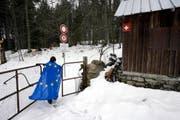 Nicht nur in der Schweiz, auch in der EU wird über die Zuwanderung diskutiert. Im Bild ein Mann mit EU-Fahne an der schweizerisch-französischen Grenze bei Vallorbe im Jura. (Bild: Keystone/Martin Rütschi)