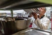 Ein kantonaler Lebensmittelkontrolleur kontrolliert die Sauberkeit in einem Restaurant. (Bild: Archiv Keystone)