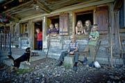 Auf der Alp vereint: (Von links) Käthi Portmann, Josef und Lisbeth Portmann, Josef Portmann senior und die Kinder Petra, Julia und Jonas Portmann. (Bild Pius Amrein)