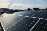 Auch das Anbringen von Solarzellen wird unterstützt. (Symbolbild Manuela Jans/Neue LZ)