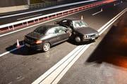 Zwei Autos kollidierten auf der A2 bei Stans. (Bild: Nidwaldner Polizei)