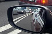 Stau auf der Autobahn bei der Ausfahrt Stansstad: Trotzdem beurteilen die Nidwaldner das Durchkommen auf den Strassen als gut. (Bild: Markus von Rotz / NZ)