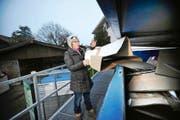 Ruth Bischoff wirft bei der Entsorgungsstelle in Ennetbürgen ihren Karton in den Container. (Bild Corinne Glanzmann)