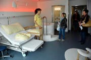 Besucher im neuen Geburtszimmer. (Bild: Romano Counz / Neue OZ)