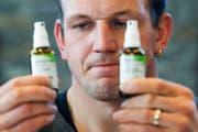 Bruno Gisler zeigt mit skeptischem Blick die beiden Sprays, die er vor dem Eidgenössischen angeblich verwechselt hat. (Bild: Keystone/Ennio Leanza)