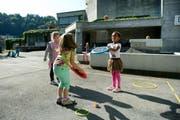 Spielende Kinder vorm Schulhaus Schädrüti. (Symbolbild) (Bild: Corinne Glanzmann / Neue LZ)