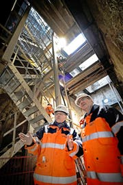 Kantonsingenieur Rolf Bättig (links) und Baudirektor Robert Küng im November 2012 im Sondierungsschacht für das Projekt Tiefbahnhof. (Bild Pius Amrein)