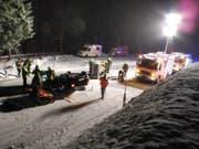 Das Auto lag nach der Selbstkollision auf dem Dach. (Bild: Kantonspolizei Schwyz)