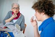 Die Logopädin Irene Bucheli aus Rothenburg macht mit einem Schüler Schluckübungen. (Bild Pius Amrein)