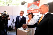 Bundesrätin Doris Leuthard, SBB-CEO Andreas Meyer (links) und Renzo Simoni, Vorsitzender der Geschäftsleitung von Alptransit, starten in Luzern den Countdown. (Bild: Keystone / Urs Flüeler)