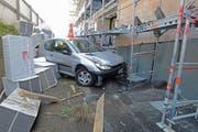 Das Auto kam in der Baugrube zum Stillstand. (Bild: PD/Luzerner Polizei)
