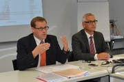 Regierungsrat Kaspar Michel (links) und Markus Beeler von der kantonalen Steuerverwaltung an der Pressekonferenz am Montag in Schwyz. (Bild: Bert Schnüriger / Neue SZ)
