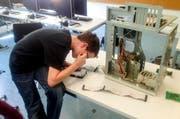 Ein Schüler der Kantonsschule Sursee baut einen Computer zusammen. (Bild: pd)