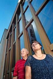 Der Synodale Peter Aeschlimann und die reformierte Pfarrerin Barbara Ingold vor der katholischen Kirche in Wikon. (Bild Nadia Schärli)