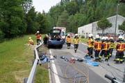 Die Freiwillige Feuerwehr der Stadt Zug war vor Ort, um den Fahrer aus dem beschädigten Auto zu bergen. (Bild: Zuger Polizei)