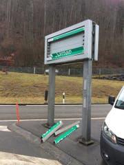 Die beschädigte Wechselsignalanlage bei der Autobahnauffahrt. (Bild: Kantonspolizei Obwalden)