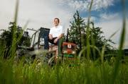 Stefan Doppmann (31), Präsident der Junglandwirte Zentralschweiz, auf einer Wiese bei seinem Hof in Blatten. (Bild: Philipp Schmidli / Neue LZ)