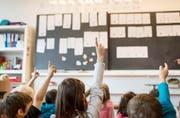 In Obwalden wird der Lehrplan 21 im Jahr 2017 eingesetzt. Im Bild: Erstklässler während des Unterrichts in einem Aargauer Schulhaus. (Bild: Keystone/Christian Beutler)