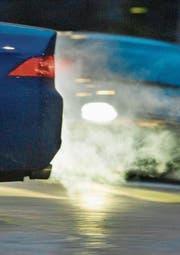 Der durchschnittliche CO2-Ausstoss von Neuwagen in der Schweiz ist noch immer zu hoch. (Bild: Gaëtan Bally/Keystone)