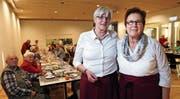 Albi Haupt (links) und ihre Nachfolgerin Emmi Meier beim Weihnachtsessen im St.-Thomas-Zentrum. (Bild: Werner Schelbert (Inwil, 20. Dezember 2017))
