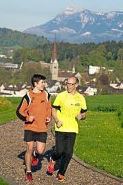 Kasimir (rechts) und Raphael Kunz beim Lauftraining auf der Finnenbahn bei der Sportanlage Rothen in Luzern-Reussbühl.Bild Beat Blättler