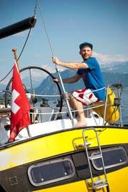 Ivo Ineichen in der Luzerner Bucht auf dem Segelboot, das er und sein Vater jeweils für den «Tatort» zur Verfügung stellen. (Bild Dominik Wunderli)