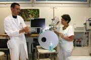 Die Didaktobox zeigt Keime auf der Haut. Infektiologe Roman Gaudenz mit Hygienefachberaterin Brigitte Schalk Jufer. (Bild Marion Wannemacher)