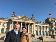 Ein bisschen Sightseeing musste auch sein beim Berlin-Besuch: Emil Steinberger und seine Frau Niccel vor dem Reichstag. (Bild: PD/Emil und Niccel Steinberger)