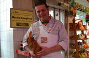 Metzgermeister Urs Doggwiler mit einem «Fasten-Hot-Dog». (Bild Roger Rüegger)