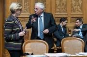 SVP-Nationalrat Christoph Blocher im Gespräch mit FDP-Fraktionschefin Gabi Huber. (Bild: Keystone / Alessandro della Valle)