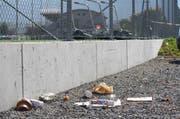 Liegen gelassener Abfall auf dem Parkplatz beim Wintersried in Ibach. (Bild: Irene Imfanger/Neue SZ)