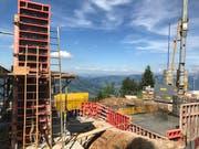 Auf der Bergstation Rigi Scheidegg entsteht der erste der Betonpfosten, welche dereinst den Antrieb der Bahn tragen werden. (Bild: PD/Rita Baggenstos, LKRS AG)