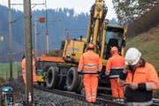 Der Bagger wird wieder auf die Schiene gehievt. (Bild: Nadia Schärli (Menznau, 14. November.2017))