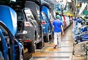 Wegen des Streiks mehrerer Zulieferbetriebe standen bei VW zwischenzeitlich Teile der Produktion still. Das Bild zeigt eine Golf-Produktionsstrasse im Werk in Wolfsburg Anfang August, vor den Streiks. (Bild: Getty/Michael Gottschalk)