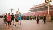 Facebook-Chef Mark Zuckerberg joggte im März 2016 öffentlichkeitswirksam durch Peking. (Bild: Facebook)