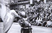 Behelmter Fahnenträger grüsst das Publikum beim Festumzug 1978. (Bild: Stadtarchiv Luzern, F2a Anlässe, R.E. Hopfner)