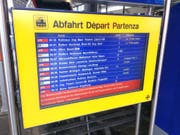 Abfahrtstafel im Bahnhof Luzern: Einige Züge sind verspätet, andere fallen aus. (Bild: Lucien Rahm (Luzern, 7. November 2017))