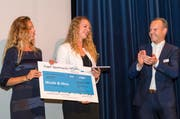 Nina Betschart, links, und Nicole Eiholzer nehmen den Scheck über 3000 Franken von Regierungsrat Stephan Schleiss entgegen. (Bild: PD)