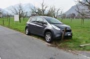 Aus unbekannten Gründen kollidierte ein Autofahrer mit einem Weidezaun in Oberdorf. (Bild: Nidwaldner Polizei)