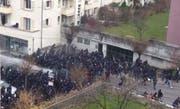 Eine grosse Gruppe Fussball-Anhänger zieht durchs Hubelmattquartier. Die Polizei geht mit Wasserwerfern gegen sie vor. (Bild: Screenshot Leservideo)