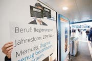 Ein Grund für den Streit: Dieses Plakat wurde am 21. April dieses Jahres am Bahnhof Zug entfernt. (Bild: Stefan Kaiser)
