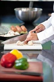 Blick in eine Restaurantküche: Kontrolliert wird, ob die Produkte richtig gekühlt und nicht verdorben sind. (Symbolbild Getty)