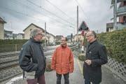 Ralph Ummel, Cla Büchi und Michael Töngi (von links) beim Bahnübergang an der Krienserstrasse. (Bild: Pius Amrein (Kriens, 22. Februar 2018))