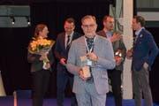Der bekannte Zuger Gastronome Hubert Erni (vorne) mit der Auszeichnung. (Bild: Andrei Boroseanu)