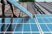 Auf einem Dach werden Solarmodule montiert. (Bild: Christian Beutler/Keystone)
