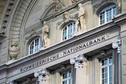 Die Schweizerische Nationalbank (SNB) hat 2017 einen Rekordgewinn erzielt. Die Aufnahme zeigt das SNB-Hauptgebäude. (Bild: Peter Klaunzer/Keystone (Bern, 15. Januar 2015))