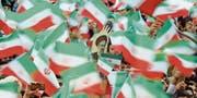 Anhänger von Amtsinhaber Hassan Rohani halten dessen Konterfei in die Luft. (Bild: Abedin Taherkenareh/EPA (Teheran, 16. Mai 2017))